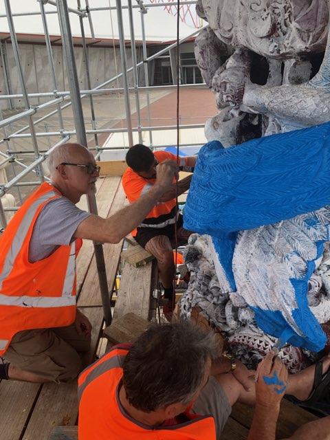 Alan Blackwell painting Pou Kapua with James Rolfe and Rerekapua Rosieur